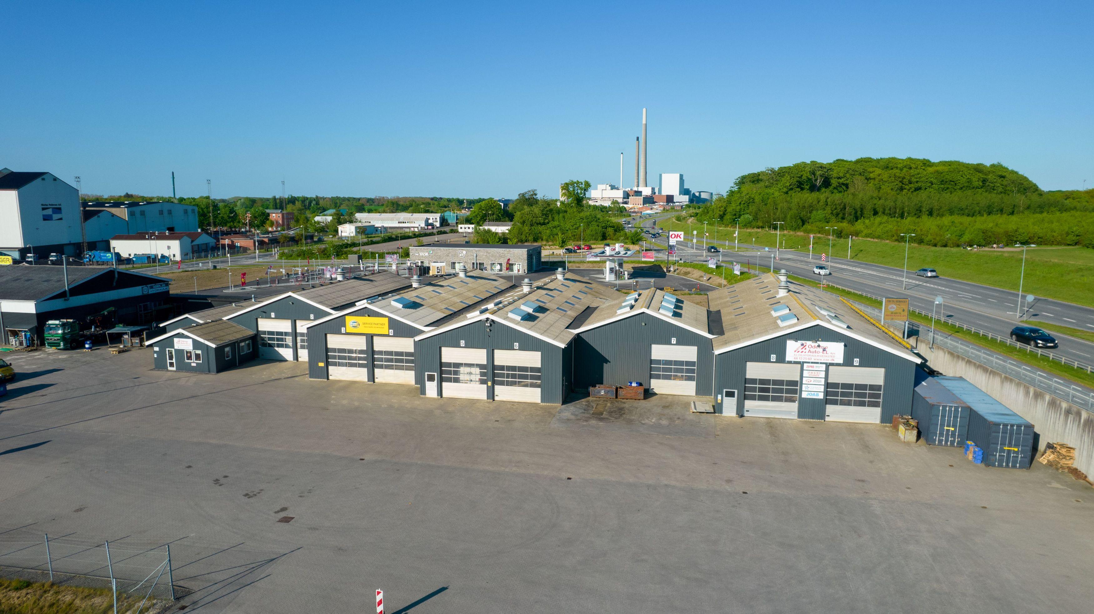 Odense Auto-El ApS er centralt beliggende ved Odins Bro, Odense Havn og den nye OK Tank. Drone billede fra 2021.