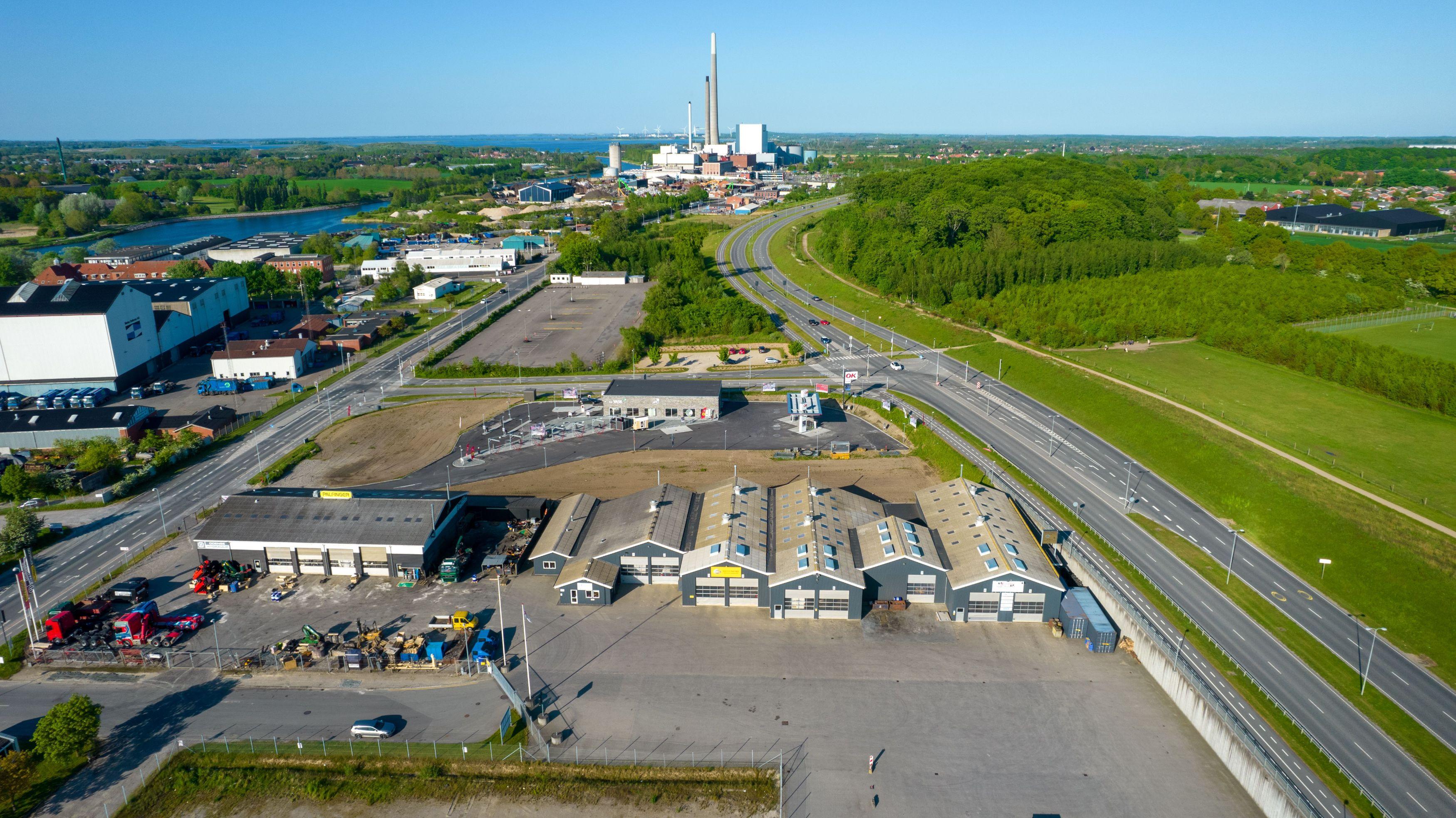 Odense Auto-El ApS i flotte omgivelser ved Odense Havn og Odins Bro. Dronebillede fra 2021